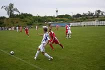 Z utkání FC Kralice na Hané – FC Dolany. Domácí v červeném zdolali svého soka 2:1