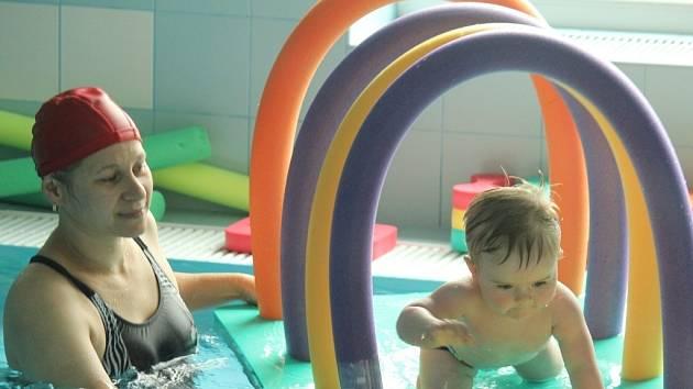 Plavání malých dětí ve slané vodě v Rodinném centru Hastrmánci v Držovicích