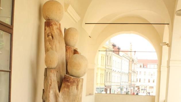 Socha s názvem Pokračování – Nový život od v lodžii Muzea Prostějovska. Autorem je olomoucký sochař Bohumil Teplý