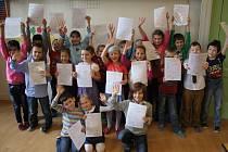 Vysvědčení se ve čtvrtek rozdávalo i v Základní škole na Skálově náměstí v Prostějově. Děti ze III. B stihly i karneval, kterým oslavily hezké známky. Třída I. B s vysvědčením v ruce.