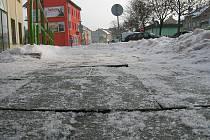 Chodníky dostávají v mrazech zabrat