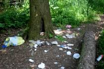 Po pěkném víkendu zůstalo na březích Hloučely spousta odpadků