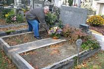 Na Městském hřbitově v Prostějově zmizely z hrobu žulové desky