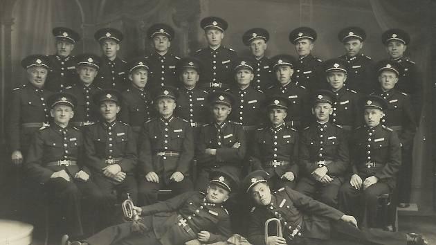 HASIČI VE 30. LETECH. V roce 1900 byl v obci založen sbor dobrovolných hasičů, který je dodnes aktivní.