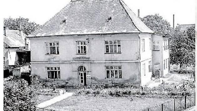 DRUHÁ ŠKOLA. Se stavbou Metternichovy školy se započalo v roce 1831. Otevřena byla o rok později. V letech 1907 až 1915 byl v budově chudobinec.