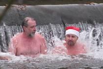 Otužilci na Štědrý den plavali v plumlovské přehradě.