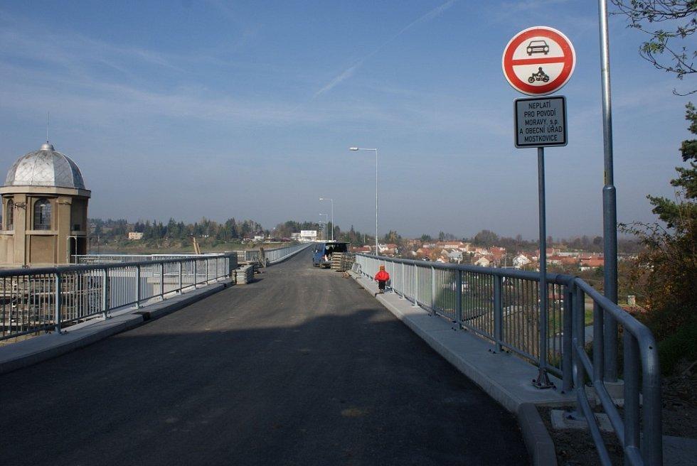 Plumlovská přehrada 1. 11. 2013 - zákaz vjezdu nepovoleným vozidlům na hráz, ještě přibudou bezpečnostní kamery