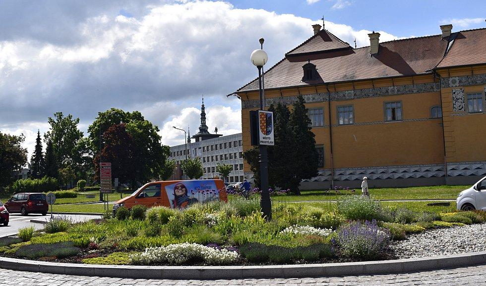 Kruhové objezdy v Prostějově hýří barvami - 28. 5. 2021