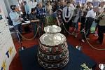 Vystavená slavná salátová mísa pro vítěze Davisova poháru.