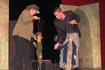 Divadlo Starost z Prostějova v akci při loutkové hře Upír
