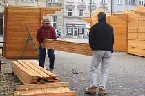 Stavba dřevěných stánků pro vánoční trhy na náměstí TGM v Prostějově