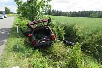 Lehkým zraněním skončila nehoda mezi Hvozdem a Březskem, ke které vyjížděli policisté ve středu po patnácté hodině.