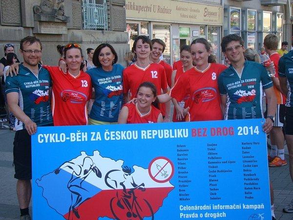 Účastníci dvanáctého ročníku Cykloběhu za Českou republiku bez drog zastavili vúterý před prostějovskou radnicí