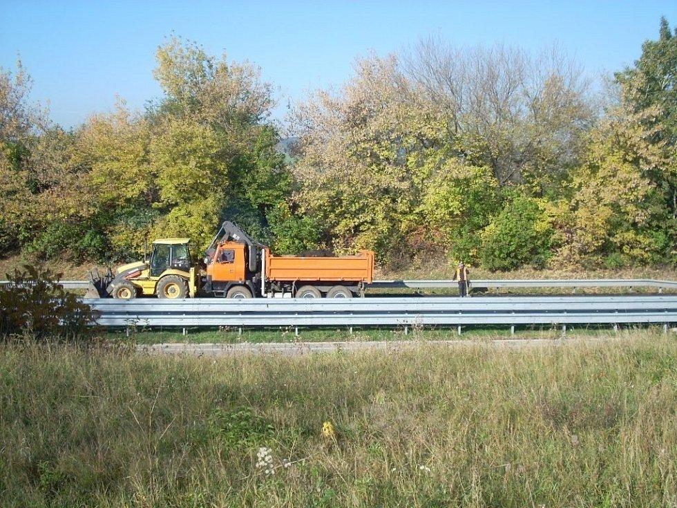 Frézuje se vozovka na R46. Mezi Žešovem a Brodkem u Prostějova je totiž provoz v obou směrech sveden do jednoho pásu a platí tu maximálně osmdesátka.