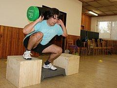 Kruhový trénink - Tabcross. Redaktor Deníku Michal Sobecký v akci při cvičení v Plumlově