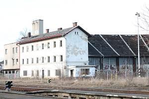 PŮJDE K ZEMI. Někdejší vozovna za Místním nádražím bude srovnána se zemí.