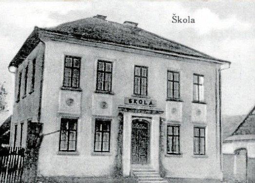 ŠKOLA v roce 1920. V obci se dříve nacházela i škola, která byla postavena během jediného roku, a to v roce 1876. Škola zanikla v roce 1976 a budova poté sloužila malým dětem jako mateřská školka. Ta ukončila svou funkci v roce 2004.