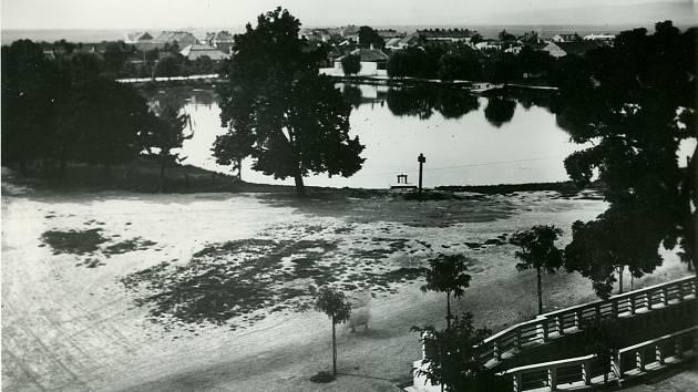 Rybník u Drozdovic existoval již v15. století. Vpravo dole vidíme místo, kde mlýnská strouha vchází do podzemí jako kanalizační stoka.