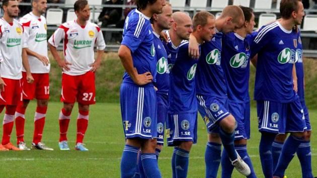 Fotbalisté 1.SK Prostějov (v modrém) v pohárovém duelu proti Zlínu
