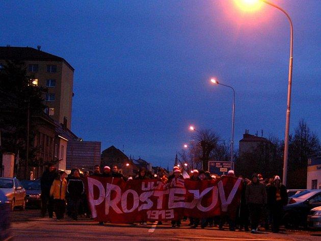 Tradiční průvod prostějovských fanoušků městem