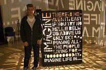 Vyřezávaná lampa na motivy písně Imagine od Johna Lennona. Autorem díla je Daniel Lánik