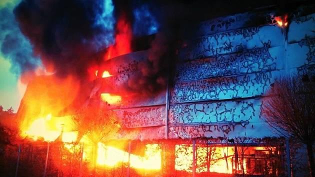 Požár ve výrobně plastů v Alojzově