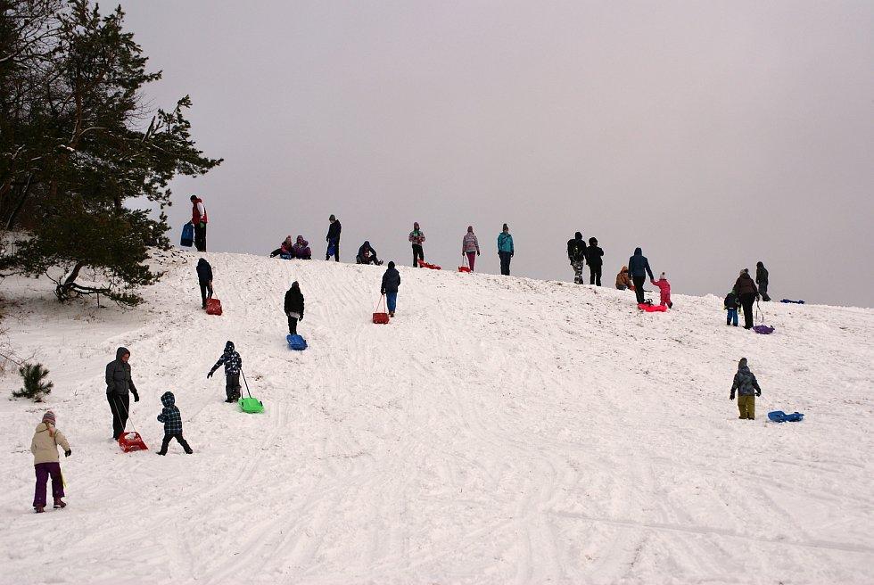 Zimní radovánky v Repechách na Drahanské vrchovině. V blízkosti stojí nová rozhledna.