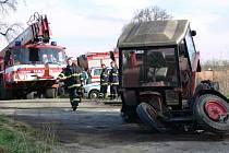 Na železničním přejezdu se střetl traktor s rychlíkem.