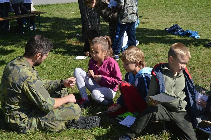 Děti si v mezičase s vojáky zahrály různé hry.