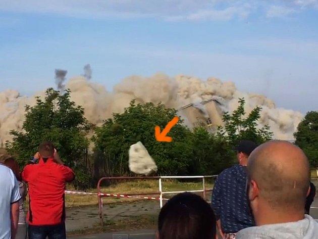 Letící kámen z demolice OP Prostějov kolem hlav diváků