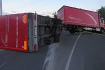 Převrácený kamion zablokoval sjezd z dálnice v Prostějově