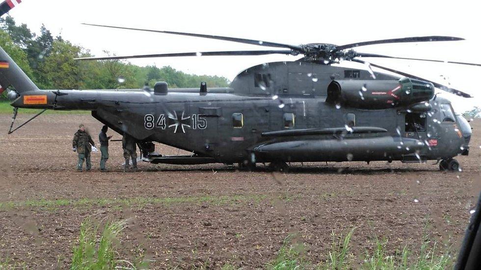 Bezpečnostní přistání německého armádního vrtulníku na poli u Pěnčína - 15. 5. 2019