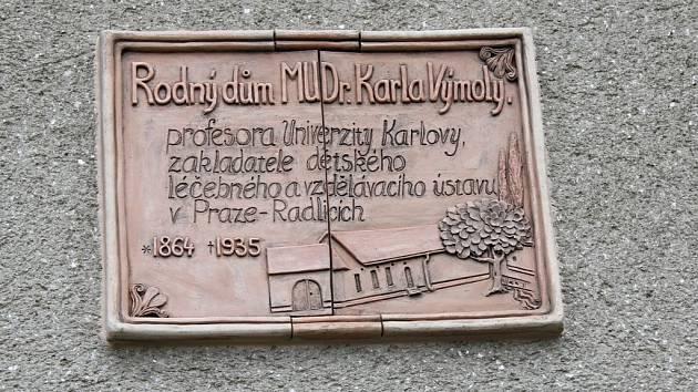 Ve Ptení uchovali historii pro budoucí generace a odhalili pamětní desku na rodném domě lékaře a profesora Karla Výmoly.