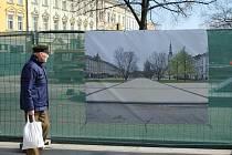 Náměstí před radnicí prochází nákladnou obnovou. Jeho konečnou podobu lidem ukazují vizualizace, které město na náměstí vyvěsilo.
