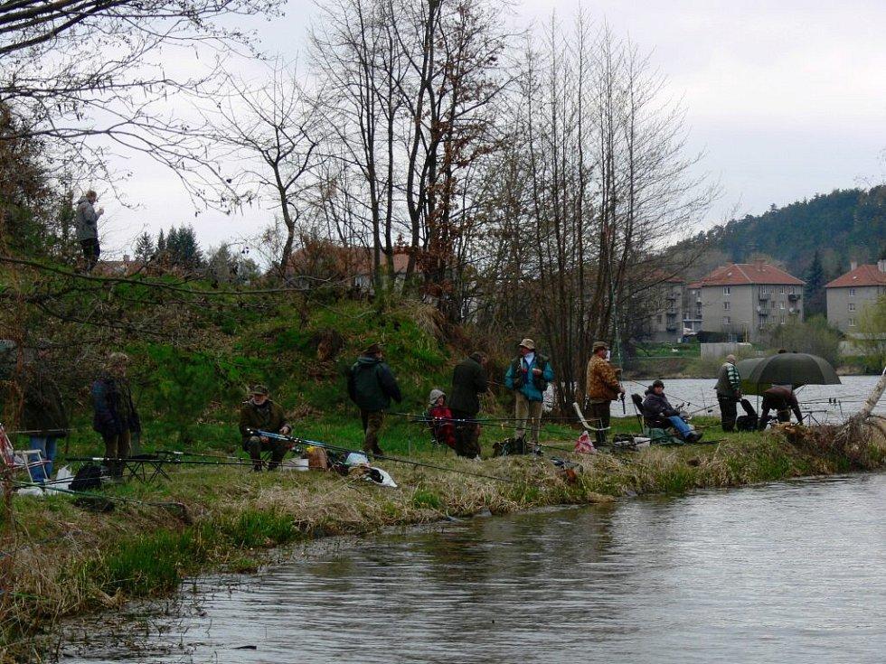 Rybáři na Plumlově mají zákaz vnadění.