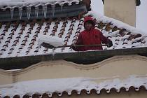 Shazování sněhu ze střechy Národního domu v Prostějově