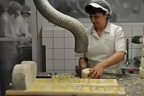 Sýr niva vyrábí v Otinovsi ručně.