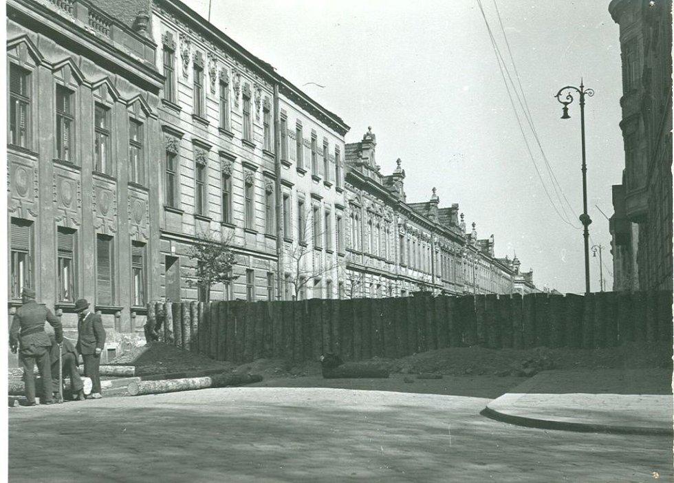 Protitankové zátarasy v Havlíčkově ulici. Kolem Prostějova i Olomouce byl shromážděn značný počet tzv. zákopníků - pracovníků nahnaných na budování zákopů, protitankových příkopů.