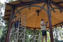 Oprava altánu ve Smetanových sadech
