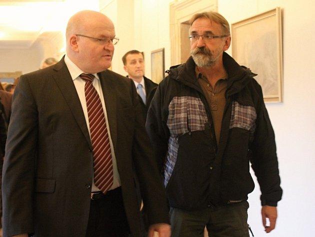 Ministr kultury Daniel Herman (vlevo) při návštěvě plumlovského zámku, kastelán Pavel Zástěra (vpravo)