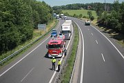 Na dálnici D46 pod mostem v Držovicích hořel kamion