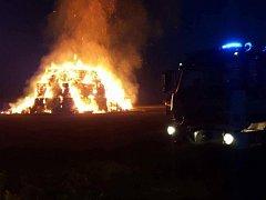 Hasiči v Polomí na Prostějovsku likvidují od soboty rozsáhlý požár stohu s řepkovou slámou. Škoda přesáhne půl milionu korun