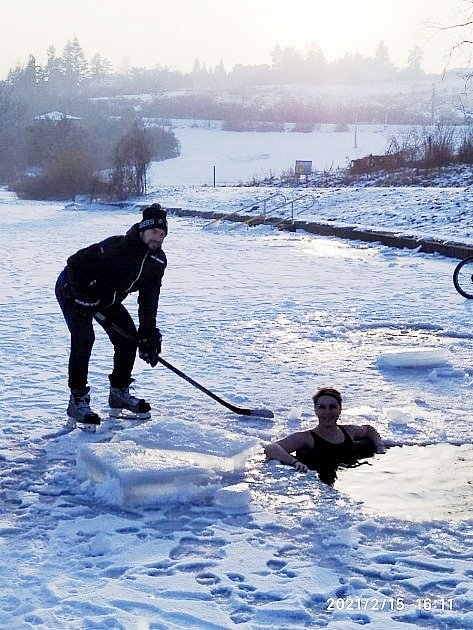 Otužování na zamrzlé Plumlovské přehradě
