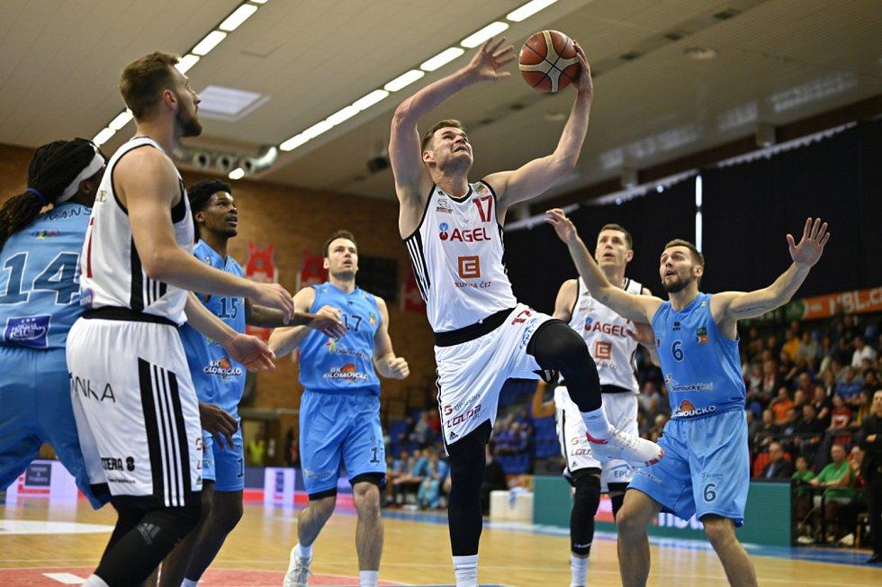 Z basketbalového utkání semifinálové série NBL Nymburk - Olomoucko (103:80).