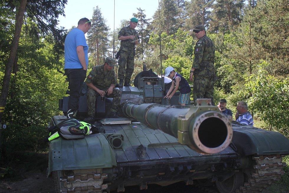 Ve Vícově si děti užily spoustu zábavy s armádou, která pro ně nachystala zbraně, obrněné transportéry i seskok padákem.