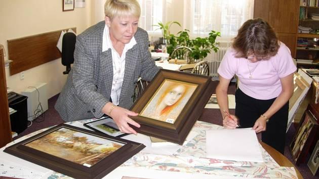 Kancelář Marie Turkové ze speciální školy Jistota je plná předmětů, které jsou nachystány na aukci.
