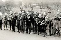 VELIKONOČNÍ KLAPÁNÍ v roce 1979. V období od Zeleného čtvrtku do Bílé soboty, kdy odlétají zvony do Říma, chodili už v 70. letech po obci dům od domu s různými klapačkami a řehtačkami mladí chlapci-klapači. Tento zvyk se v obci dodržuje dodnes.