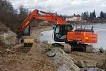 Výstavba cyklostezky podél severního břehu plumlovské přehrady - 18. února 2020 - bagr buduje čtyři metry vysoký násyp