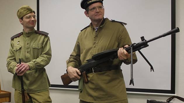 Lidé z Klubu vojenské historie Dukla přednášeli plnému sálu o konci druhé světové války na Prostějovsku
