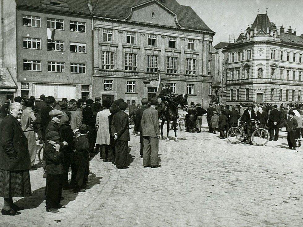 V předchozích dnech svedli sovětští a rumunští vojáci na přístupu k Prostějovu těžké boje o Čelčice a Skalku. Ve městě pak byli vítáni vděčnými občany.